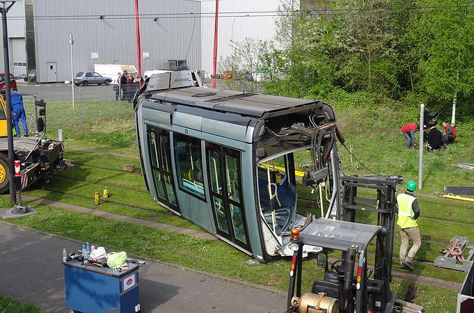 Valenciennes & Anzin - Déraillement de la rame de tramway n° 17 à la sortie du dépôt de Saint-Waast le 11 avril 2014 (010).JPG