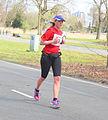 Veel mensen hadden hoofdbedekking zoals deze vrouw Marathon Rotterdam 2015.jpg