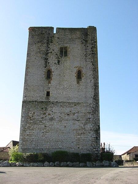 Tour carrée à Labsatide-Villefranche (Pyrénées-Atlantiques) (Pyrénées).