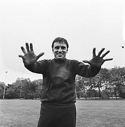 WK 74 training Uruguay in Duitsburg, keeper Mazurkievic laat zijn handen zien, Bestanddeelnr 927-2464.jpg
