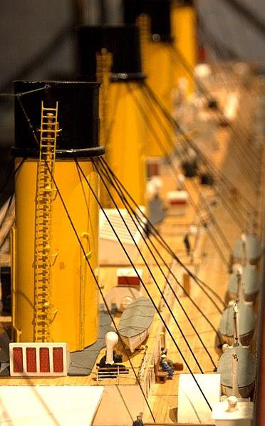 File:WLANL - Quistnix! - Maritiem Museum - Scheepsmodel van de 'Titanic' - detail passagiers aan dek.jpg
