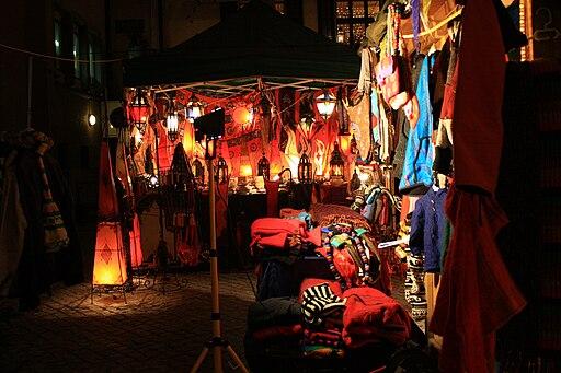 http://commons.wikimedia.org/wiki/File:Weihnachtsmarkt_Aachen_%28Markt%29.jpg
