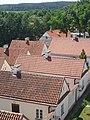 Widok na dziedziniec z eremami (pokamedulski klasztor w Wigrach) 7.jpg