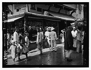 History of Zanzibar - A Zanzibar marketplace, around 1910. A British colonist can be seen in the middle, wearing a linen suit and a Pith helmet.