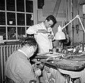 Zilversmeden aan het werk in de smederij, Bestanddeelnr 252-8872.jpg