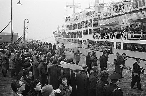 Zuiderkruis met militairen vertrokken naar Nieuw Guinea korte reportage van het , Bestanddeelnr 913-7929