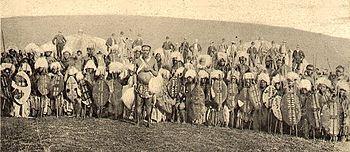 Zulus wikipdia a enciclopdia livre bosqumanos guerreiros da tribo zulu com britnicos e africnderes em 2 plano em 1879 stopboris Gallery