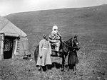 Курманджан Датка верхом на лошади (Маннергейм).jpg