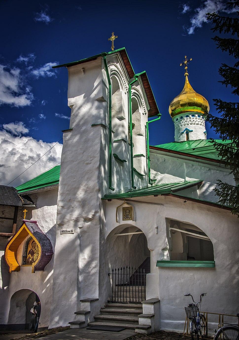 Надвратная церковь Николы Псково-Печорского монастыря