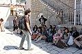 קבוצת צופים בהדרכה על רקע בית הכנסת.JPG