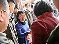 01.28 熱情的屏東鄉親從總統手中接下福袋,並與總統握手 (32184362310).jpg