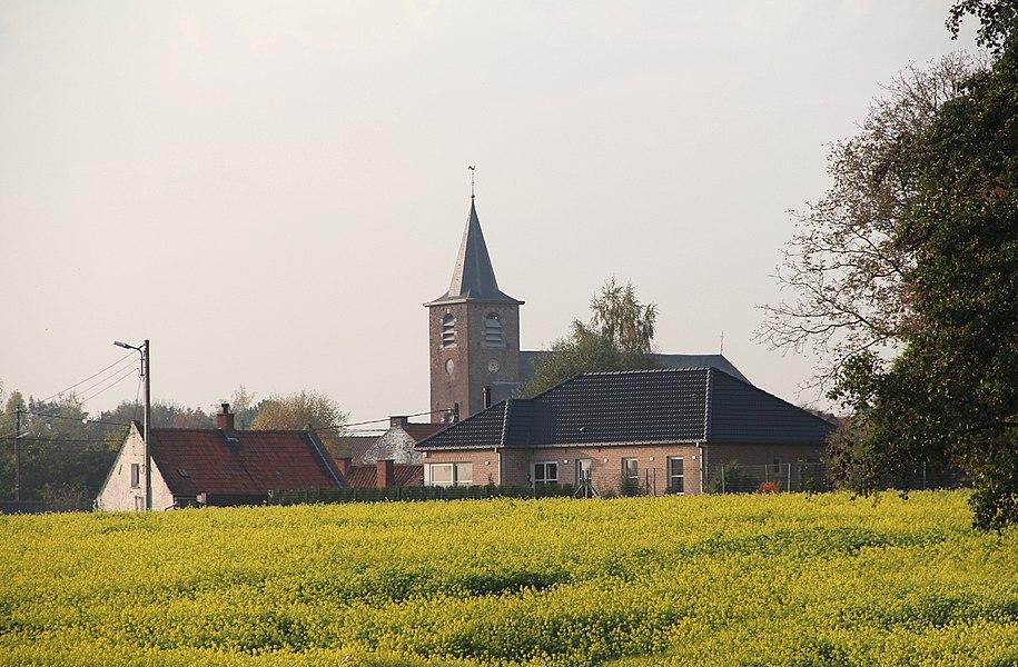 Esplechin (Belgique), le quartier de l'église vu des champs bordant la rue du Pont d'Eau situés au sud-est du village.