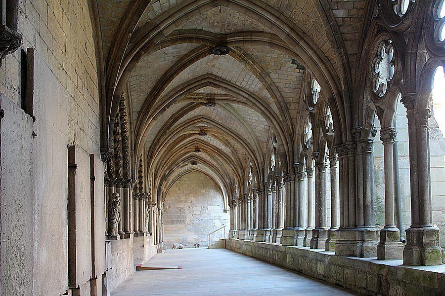 Cloître de la cathédrale Notre-Dame de Noyon (Oise, France).