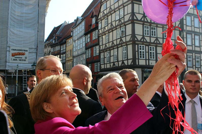 File:2014-10-03 Tag der Deutschen Einheit, (108) Luftballons vom Freundeskreis Hannover für Angela Merkel und Joachim Gauck,, (01).jpg