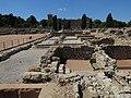 20 Empúries, ciutat grega, estoa de l'àgora, amb el Museu al fons.jpg