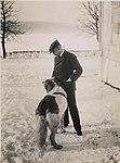 9986. Roald Amundsen - med sin hund - no-nb digifoto 20150220 00140 bldsa RA alb001 009.jpg