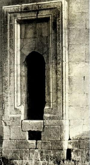 Mirali Mausoleum - Image: Aşağı Veysəlli türbəsinin girişi