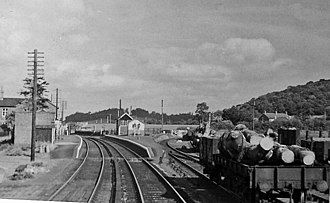 Abermule train collision - Abermule station in 1953, looking north-east towards Welshpool. There are few changes since 1921. The station buildings are on the up platform to the left, the signal box on the down platform to the right.