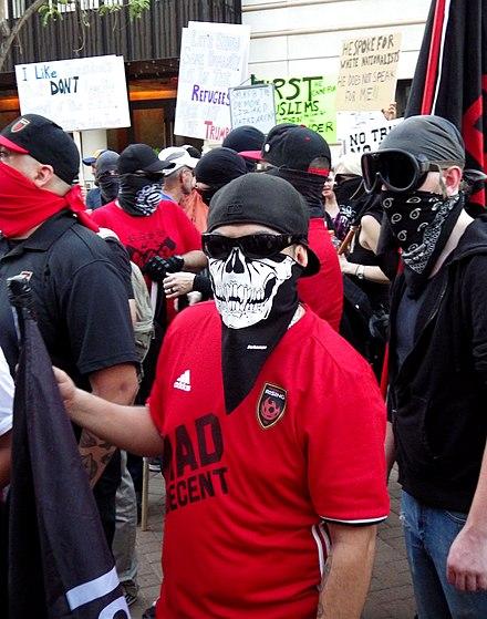 2017年8月22日、アリゾナ州フェニックスでのトランプラリー中のAntifa抗議者