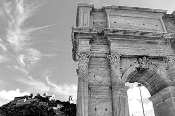 Arco di Traiano 1.JPG