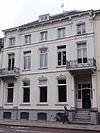 foto van Huis met gepleisterde lijstgevel met zijrisalieten, waartegen balkons