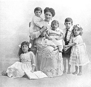 Augusta Crichton-Stuart, Marchioness of Bute - The Marchioness of Bute with her children in 1912