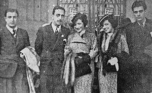 Aurora Miranda - Carmen Miranda (center) and Aurora in São Paulo (1934).