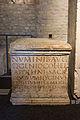 Autel en pierre calcaire avec dédicace offerte à des médecins et à des professeurs - Musée romain d'Avenches.jpg