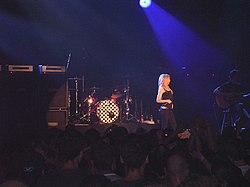 Avril Lavigne při vystoupení v Praze