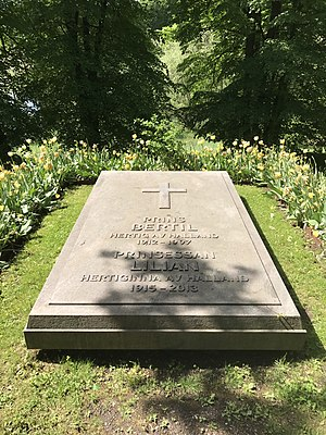 Princess Lilian, Duchess of Halland - Lilian's and Bertil's grave in Solna