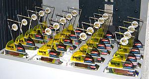 rund 30 Pokale säuberlich in 4 Reihen ausgerichtet auf einem Tisch