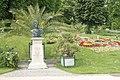 Blumenuhr und Grillparzerdenkmal im Kurpark von de-Baden (Niederösterreich)-4134.jpg