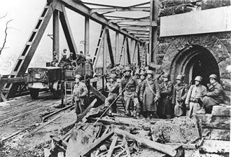 Ludendorff Bridge - Image: Bundesarchiv Bild 173 0422, Remagen, beschädigte Brücke