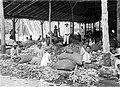 COLLECTIE TROPENMUSEUM Het ontbolsteren (kletekken) van kapokkolven in een loods van onderneming Siloewok Sawangan te Pekalongan Midden-Java TMnr 10011522.jpg
