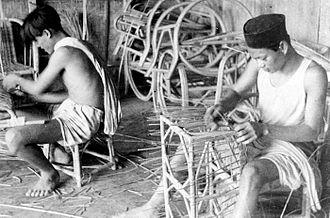 Rattan - Image: COLLECTIE TROPENMUSEUM Indonesiërs maken meubelstukken van rotan Zuid Celebes T Mnr 10011484