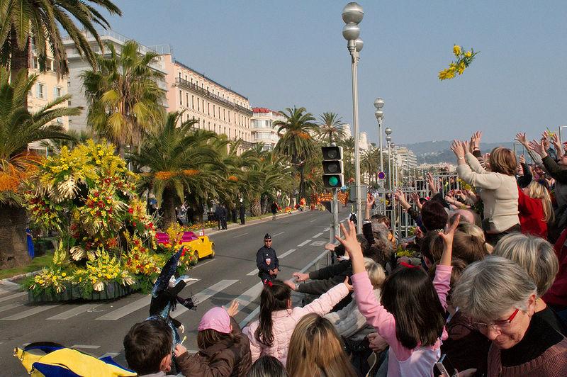 File:Carnaval de Nice - bataille de fleurs - 1.jpg