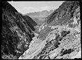 Carretera vorejant el riu Caldarés a la zona d'El Escalar i muntanyes al fons.jpeg