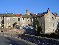 Chasseradès (Lozère, Fr) village, église et clocher de tourmente.JPG