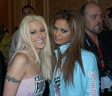 Cindy Crawford, Tyra Banxxx at 2005 AEE Awards 2.JPG