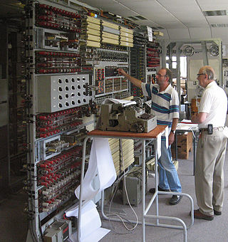 In 1994, a team led by Tony Sale began a reconstruction of a Colossus at Bletchley Park. Here, in 2006, Sale supervises the breaking of an enciphered message with the completed machine.