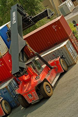 Containerstapler auf einem Verladebahnhof