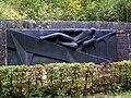 Coye-la-Forêt (60), monument de 1985 en mémoire de l'ancien viaduc ferroviaire de 1853.jpg