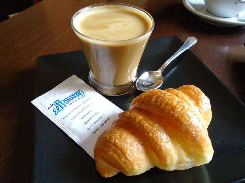 File:Croissant y cortado - Mover el Bigote.jpg