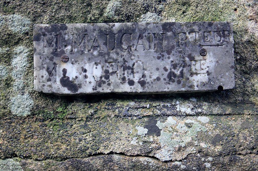 """Croix du chemin de Coëtcandec: plaque avec inscription  """"M.Maugain P.teur  M.Morio M.re"""""""