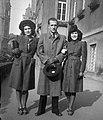 Csoportkép, 1942-ben a Gyulai Pál utcában. Fortepan 10446.jpg