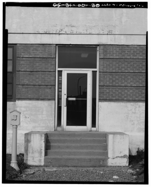 File:DETAIL OF ORIGINALSIDE ENTRY (LAND SIDE) WITH REPLACEMENT DOOR. - Newark International Airport, Administration Building, Brewster Road between Route 21 and New Jersey Turnpike HAER NJ,7-NEARK.V,1B-12.tif