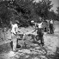 Delavci na cesti v Kozani kopljejo vodovod 1953.jpg