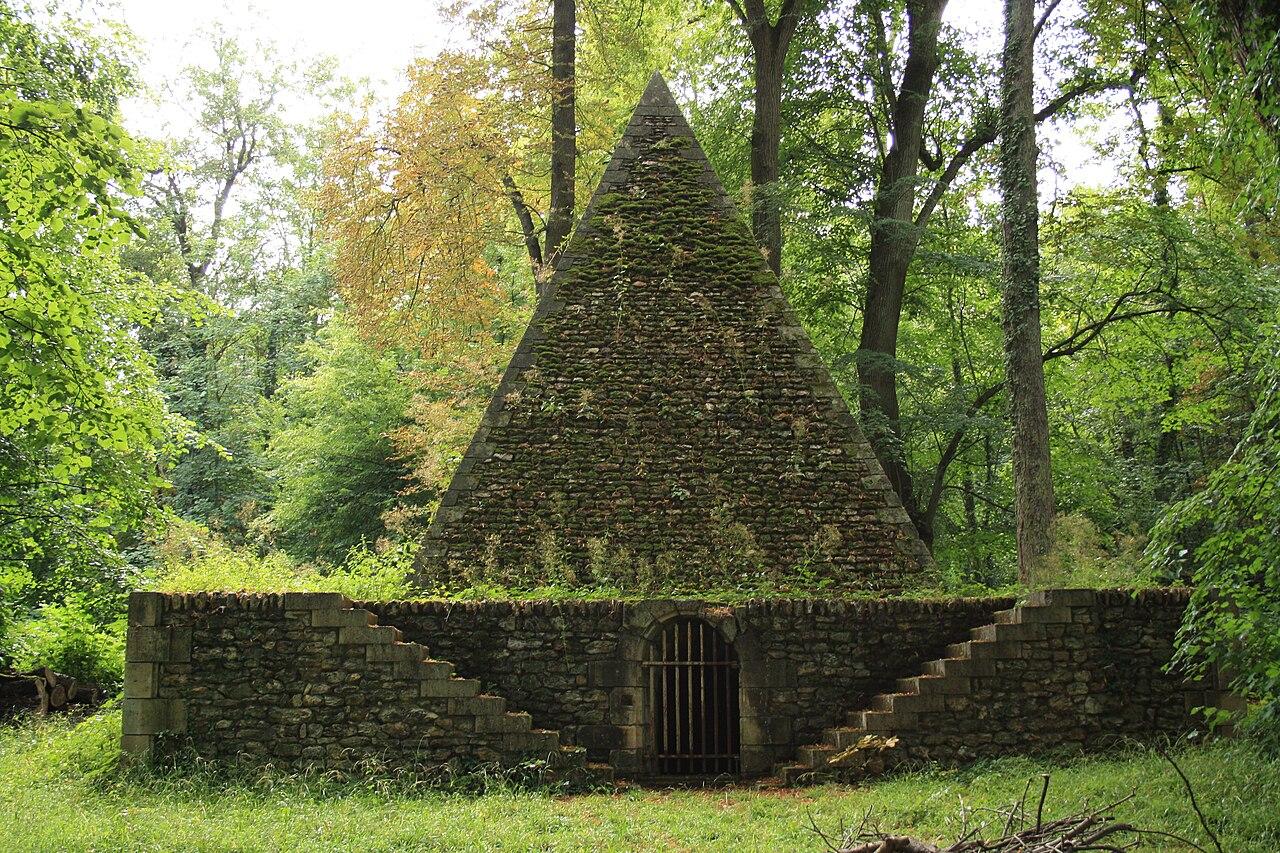 File:Desert de Retz Pyramid Icehouse 01.jpg - Wikimedia Commons