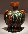 Dinastia tang, fiasca da pellegrino, ceramica sancai, 700-750 ca.jpg