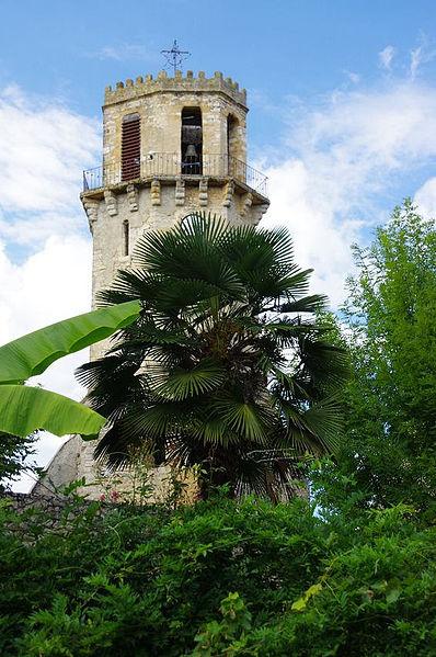 Ensemble monumental de Tourtouse. Ledonjon du château des évêques (14e s.) fut ensuite utilisé comme clocher.